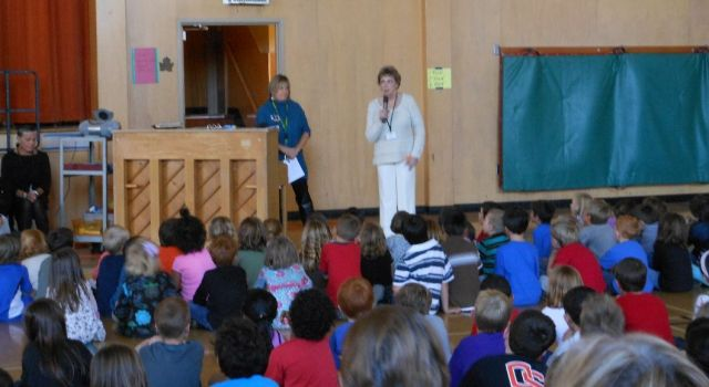 Patti Waitman-Ingebretsen (2012) speaking to Maplewood students at assembly to celebrate 100 years of school in Maplewood